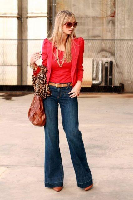 Mulher usando calça flare com blusa e blazer vermelhos.