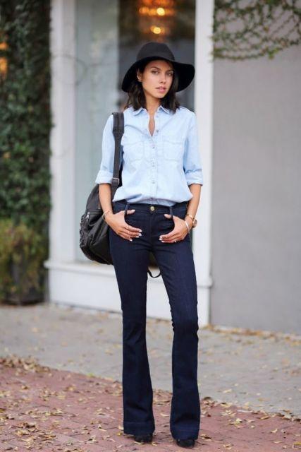Combinação de calça flare com chapéu preto.