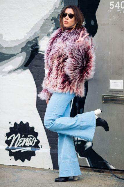 Calça flare com bota e casaco de pelos.