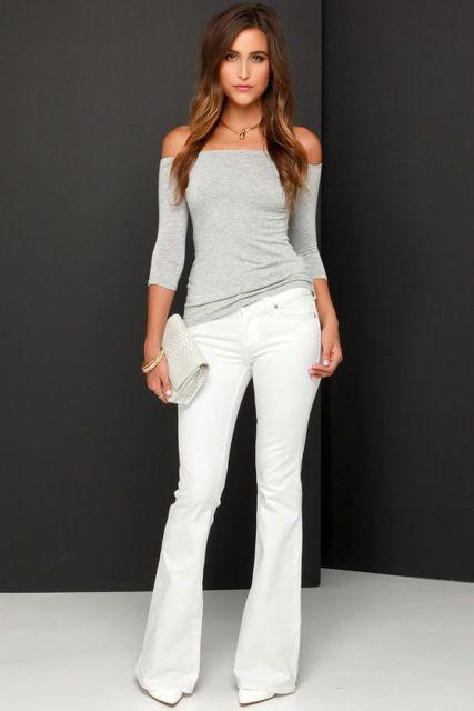 Calça branca e blusa cinza ombro a ombro.