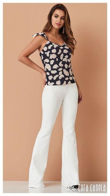 Calça branca com blusa preta e branca.