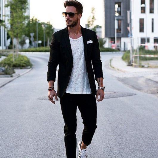 Blazer slim complementando com a calça preta e as peças brancas