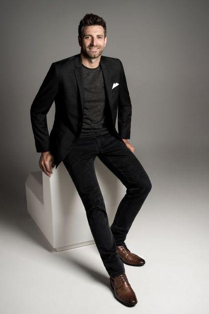 O blazer preto combina perfeitamente com peças da mesma cor, criando uma composição bem sofisticada
