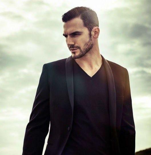 O blazer preto masculino dá uma elegância essencial ao visual de qualquer rapaz