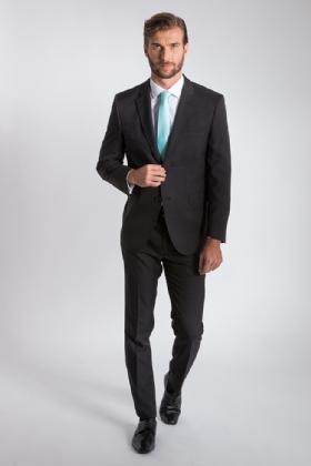 A gravata azul clara dá um toque vibrante ao look