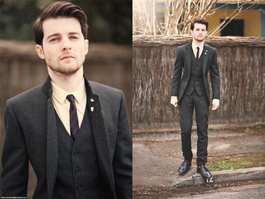 Para deixar o look mais descontraído, aposte em uma gravata colorida ou estampada