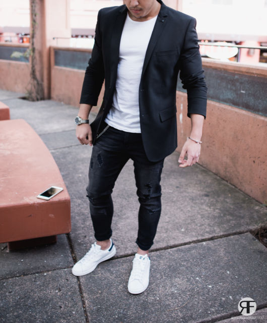 Tendência com camiseta e tênis branco + blazer preto aberto