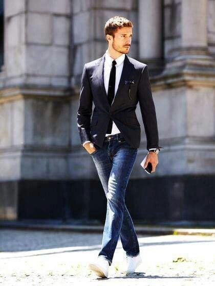 Look casual com jeans, tênis branco e gravata slim