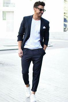 Usar o blazer preto masculino aberto como sobreposição ajuda a valorizar o visual