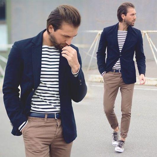 Uma versão arrojada com camiseta listrada, calça chino e tênis