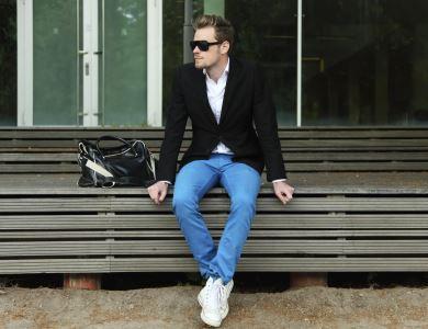 É tendência usar jeans com blazer preto masculino