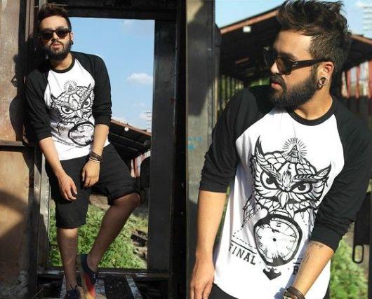 Camiseta Raglan preta e branca estampada
