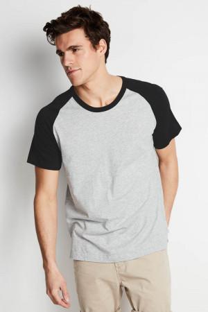 Camiseta Raglan masculina cinza com manga preta