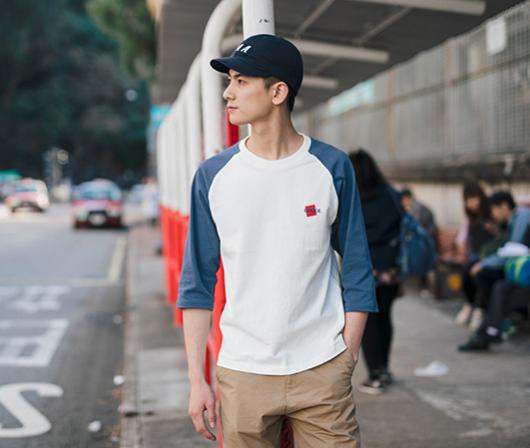 Boa combinação de azul com branco com a calça chino em cor bege