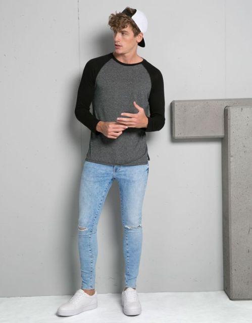 As camisetas em cores escuras combinam perfeitamente com calça jeans
