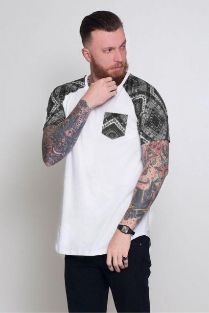 Camiseta com manga estampada combinando com o bolso frontal