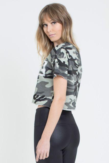 cropped camuflado com com calça jeans