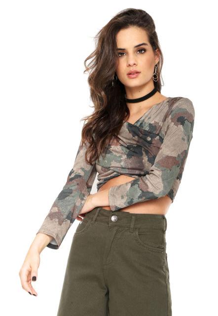cropped camuflado com calça jeans verde musgo
