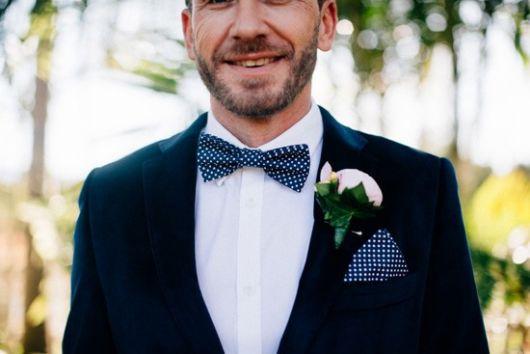 A gravata azul com detalhes em branco é perfeita para diversas ocasiões