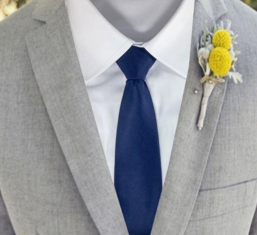 Gravata azul marinho com terno cinza