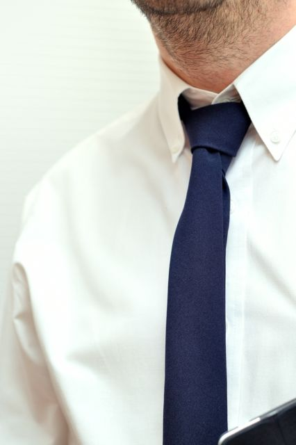 O azul royal fica ótimo com camisa azul