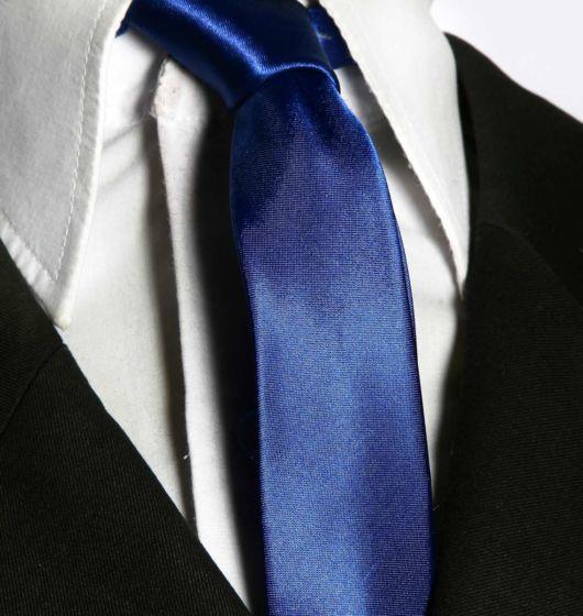 Ótima inspiração: gravata azul royal + camisa branca e terno preto