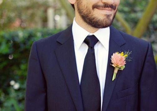 O padrão da gravata combinando com o terno + a camisa branca