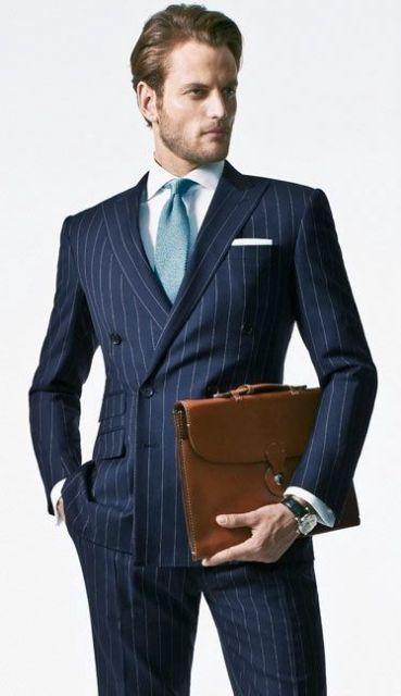 A gravata azul claro pode combinar com o terno azul marinho com tom de giz