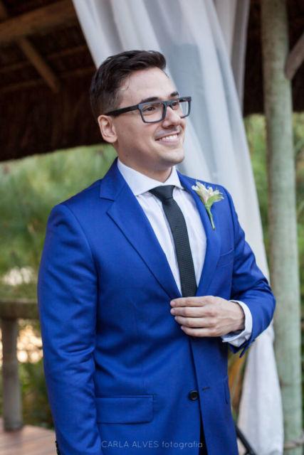 Gravata azul marinho com camisa branca e terno azul vibrante
