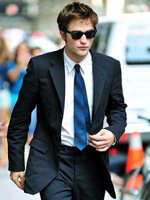 Os famosos adoram essa junção da gravata azul com terno preto