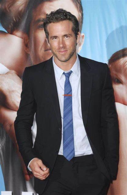 Ótima combinação: gravata azul slim + camisa branca e terno preto
