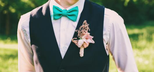 Tom forte na gravata borboleta criando um look singelo