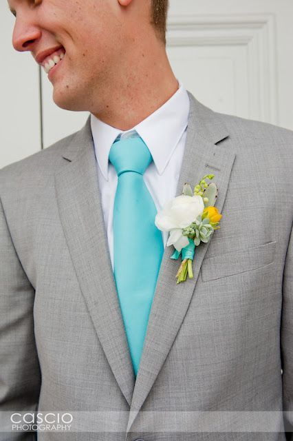A gravata slim é uma ótima ideia para o noivo e padrinhos, sobretudo no tom azul turquesa