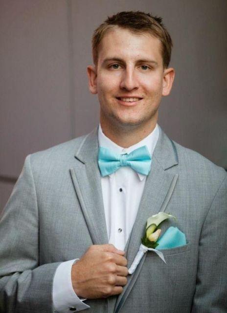 A gravata borboleta pode combinar o tom com lenço de bolso