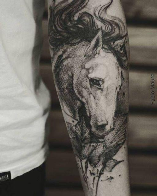 Linda tatuagem de cavalo com vários elementos