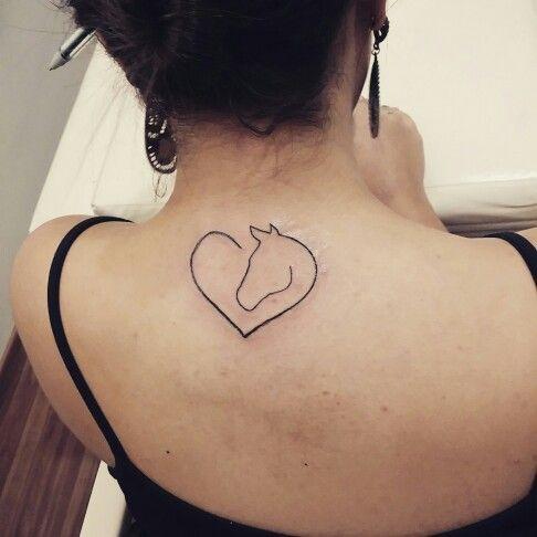 Tattoo delicada de cavalo com coração