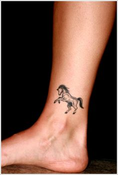 Pequena tatuagem de cavalo na perna