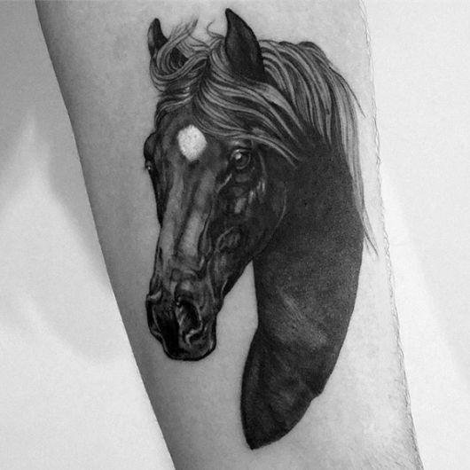 O rosto do cavalo em destaque nessa tattoo no braço