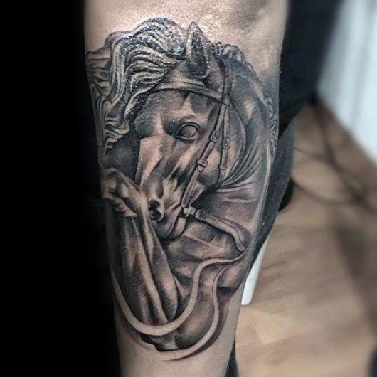 Há várias formas de fazer uma tatuagem de cavalo, dá para seguir vários conceitos