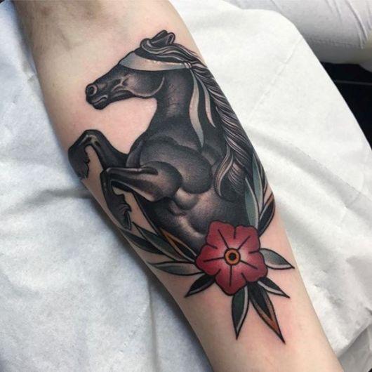 Tatuagem moderna e sombreada no braço