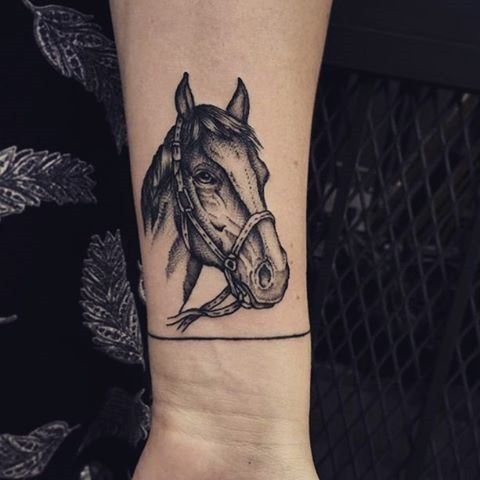 As linhas e traços perfeitos valorizam a tattoo