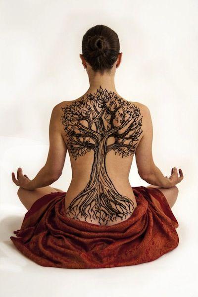 Tatuagem de árvore em toda a região das costas