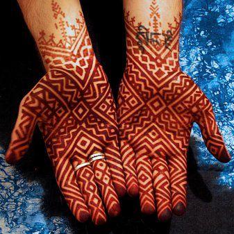 Tatuagem em tinta vermelha que lembra um modelo tribal