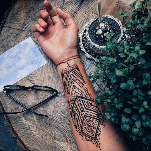 Tatuagem tribal no antebraço