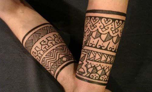 Tatuagem de henna com inspiração indiana nos dois braços