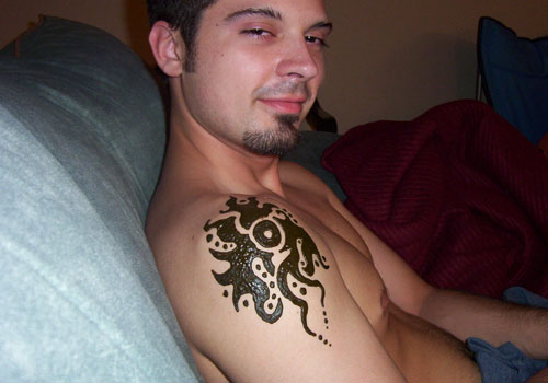 Tatuagem de henna masculina no ombro
