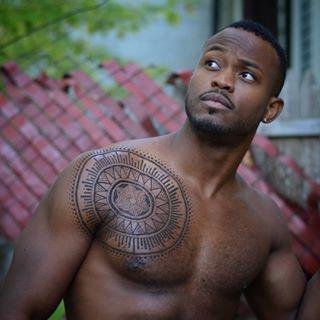 A tattoo de henna também se destaca na pele negra