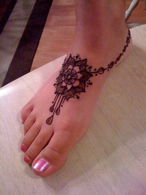 Tatuagem de henna de flor no pé