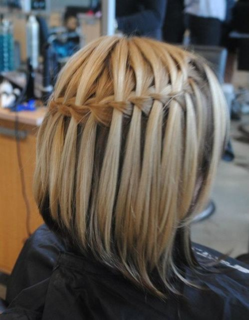 Trança cascata: em cabelo curto loiro
