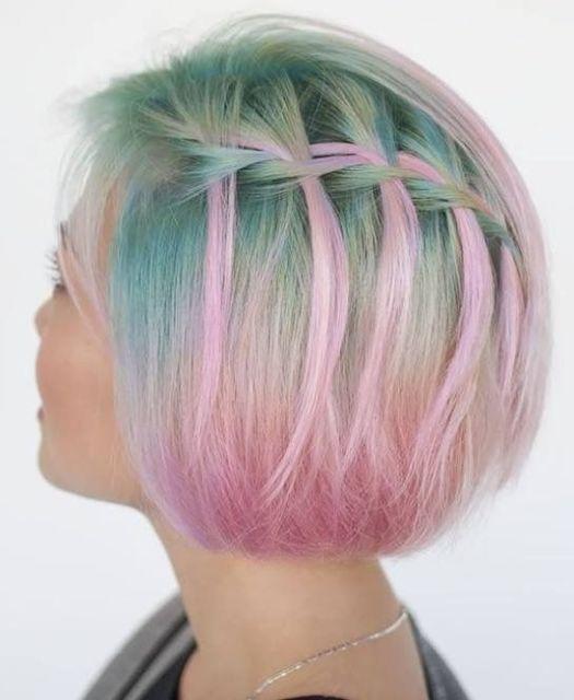 Trança cascata: em cabelo curto colorido